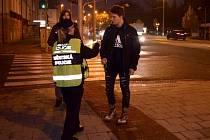 Městská policie rozdávala chodcům u olomoucké tržnice ve středu ráno reflexní pásky