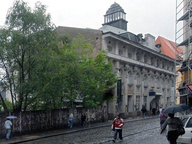 Budova Muzeua umění a sousedící, zatím nezastavěná proluka.