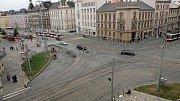 Křižovatka na náměstí Hrdinů. Od 29. června do 30. srpna 2019 bude pro auta uzavřen vjezd a výjezd z a do Palackého ulice (vpravo odkud vyjíždí tramvaj)