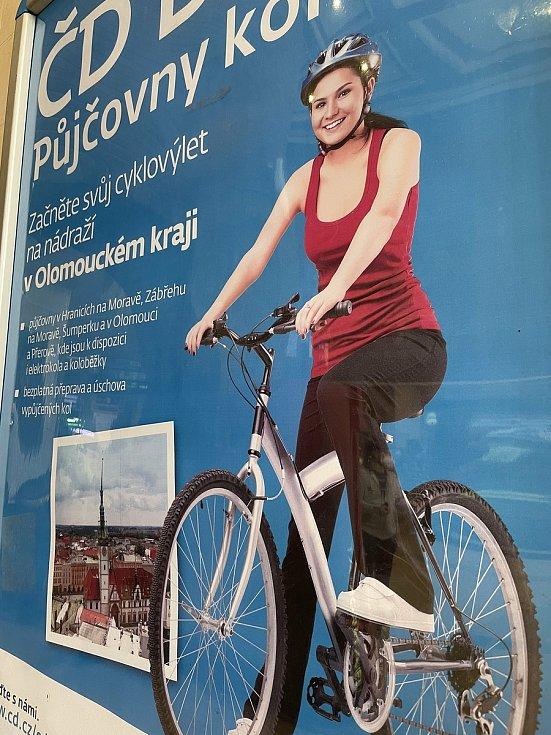 Reklama na půjčovny kol ČD na olomouckém hlavním nádraží, 12. dubna 2021