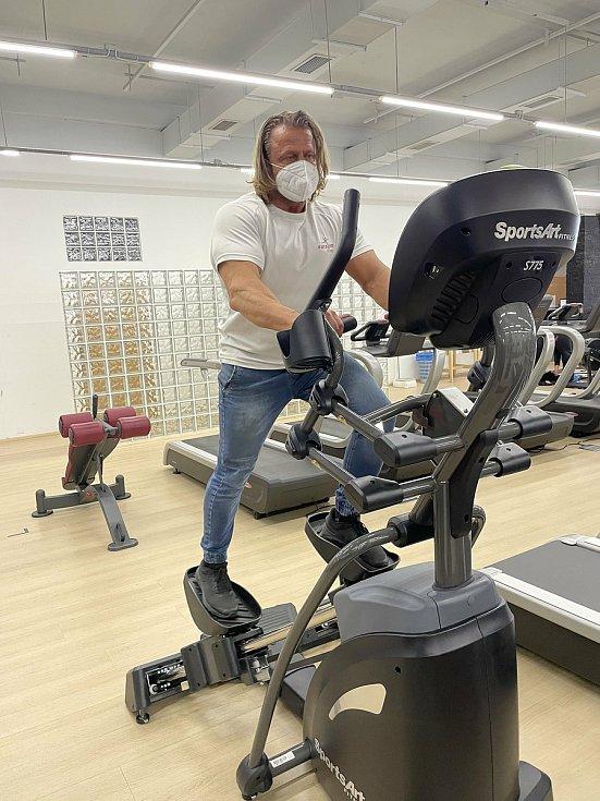 Eurogym fitness v Olomouci, provozní Marek Bouchal ukazuje jeden z nových strojů, 17. května 2021