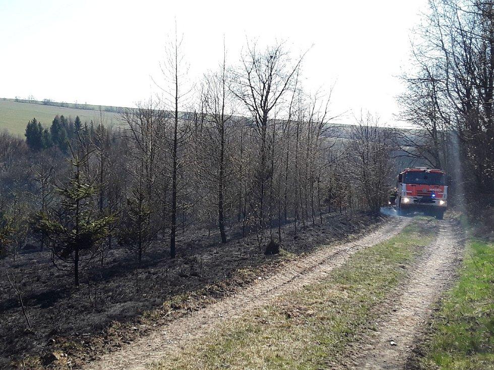 Hasiči během pondělí 6. dubna likvidovali požáry na devíti místech Olomouckého kraje. Požár u Huzové.