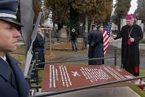 Odhalení pomníku sestřeleným americkým letcům na neředínském hřbitově v Olomouci