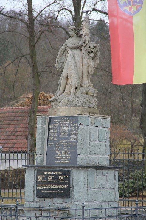 Památník obětem světových válek ve Slatinicích