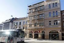 Lešením obestavěný dům v Pekařská ulici v Olomouci den poté, co se z něj na chodník zřítila část štítu