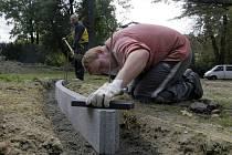 Hřiště v Čechových sadech už dělníci opravují.