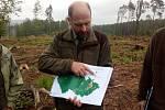 Vedoucí odboru lesního hospodářství a ochrany přírody Lesů ČR Jiří Groda ukazuje mapu nejintenzivnější těžby smrkových porostů nemýtného věku v roce 2017. Oblast Nízkého Jeseníku patří k  nejvíce zasaženým kůrovcovou kalamitou -a následky větrných smrští.
