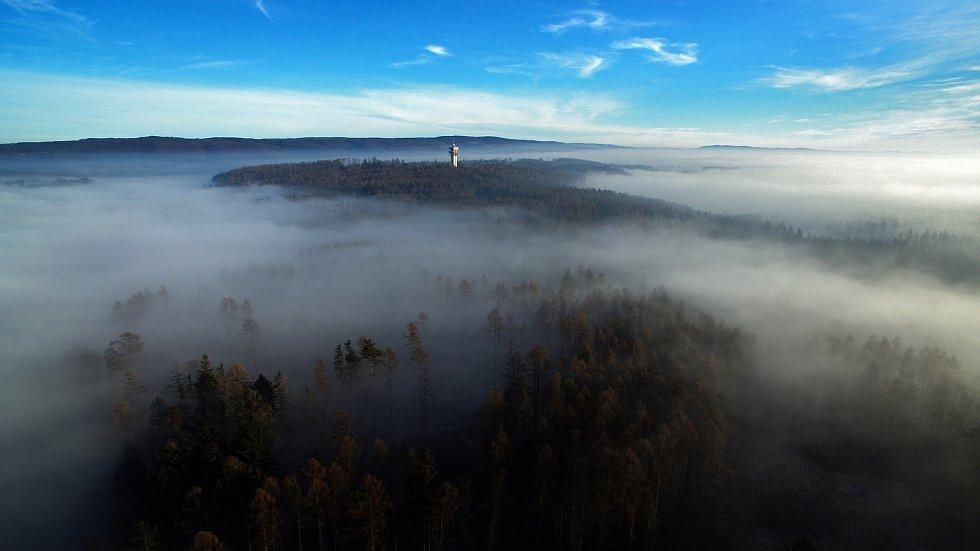 Mlha přikrývá Olomouc, nad ní vládne slunečné a teplé počasí. 2. ledna 2020