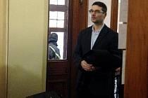 Ředitel tršické základní školy Jaromír Vachutka přichází k jednání u Okresního soudu v Olomouci v kauze vyhozené učitelky Vandy Fabianové