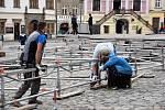 Stavba mobilního kluziště na Dolním náměstí v Olomouci