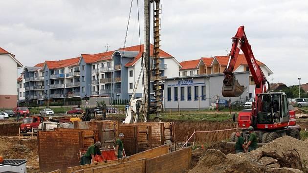 Kousek od obchodního domu Terno se staví stovka nových bytů. Na jejich místě už archeologové hledali a tentokrát žádné vzácné nálezy nenašli.