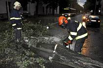 Hasiči odstarňují následky večerní bouřky 6.7. 2012 v Olomouci