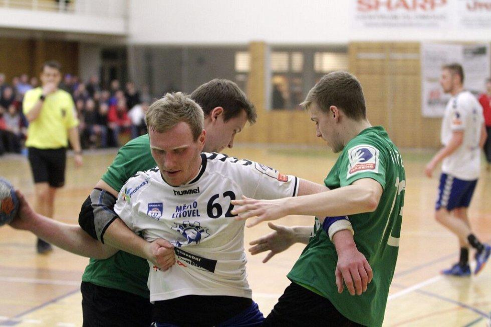 Jan Zbránek (s míčem). Házenkáři Litovle (v bílém) proti Karviné