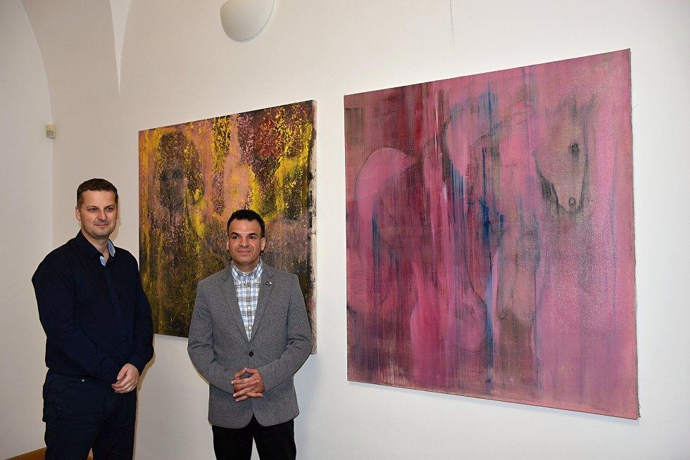 Dva obrazy Tibora Červeňáka, rodáka z Hranic, zdobí od pátku 8. března kancelář místostarosty Daniela Vitonského.