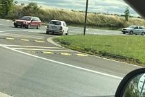 Šofér fabie odbočil na rondelu u olomouckého Globusu vlevo do protisměru.