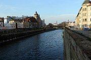 Řeka Morava v centru Olomouce mezi Masarykovou třídou a zbouraným mostem u Bristolu
