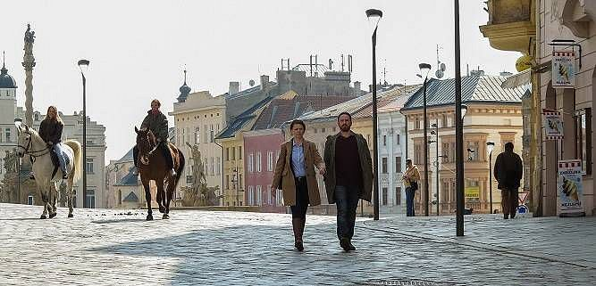 Vyšetřovatelé Klára Melíšková a Stanislav Majer na olomouckém Dolním náměstí v Hřebejkově Případu pro exorcistu