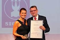 Milan Šimonovský, předseda představenstva Sigma Group a. s. z Lutína, přebral na slavnostním večeru v klášteře minoritů sv. Jakuba v Praze ocenění pro Skokana roku za rok 2013.
