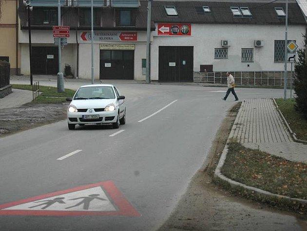 Křižovatka před školou v Zolově ulici ve Slavoníně