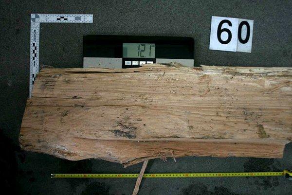 Dřevěné špalky, které útočník házel na auta na dálnici na Hranicku