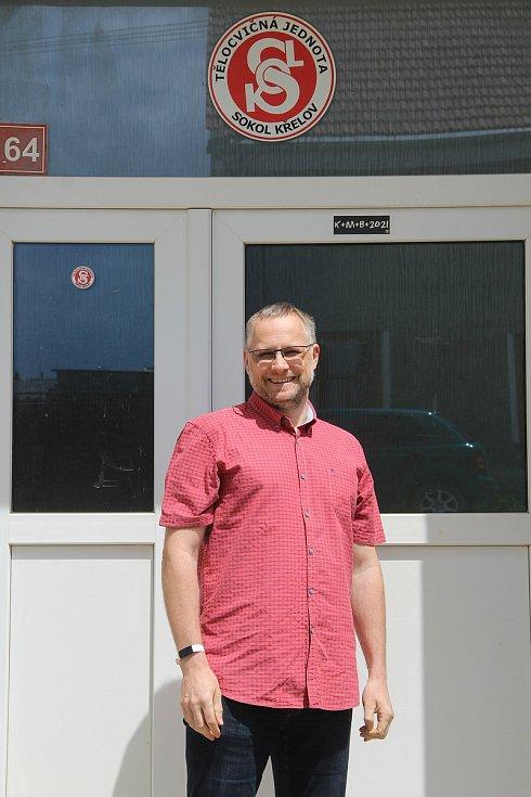 Starosta TJ Sokol Křelov Jiří Kořínek před budovou sokolovny