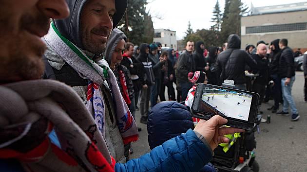 Druhý zápas předkola HC Olomouc vs. Zlín, 10. 3. 2020. Utkání bez diváků a novinářů. Skalní fanoušci  vytvořili náhradní kotel před stadionem a zápas sledují na mobilech.