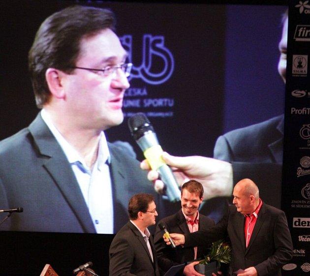 Trenér Petr Fiala přebírá cenu za HC Olomouc. Vyhlášení Sportovce Olomouckého kraje za rok 2014vMěstském divadle vProstějově