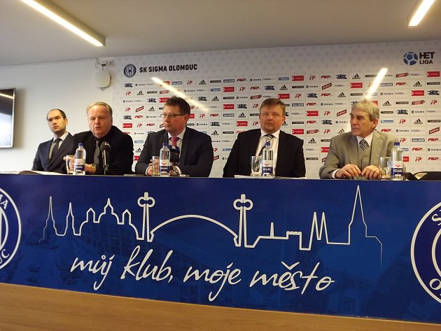 Andrův stadion patří od středy městu. Zástupci Olomouce a akciové společnosti SK Sigma Olomouc svými podpisy stvrdili obchod za bezmála 145milionů korun.