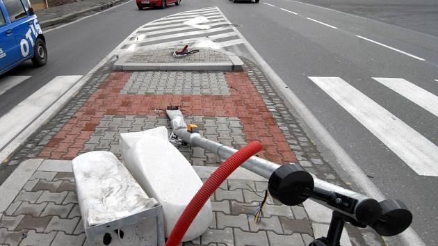 Při havárii zničil řidič auta na ostrůvku semafor i dopravní značení.
