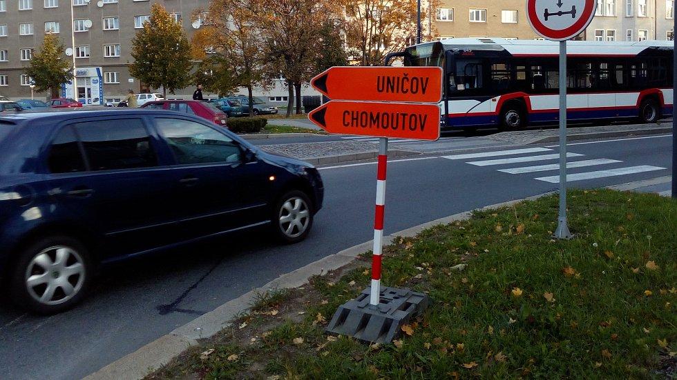 Značení na rondelu v Dobrovského ulici posílá řidiče mířící do Chomoutova na výpadovku na Litovel