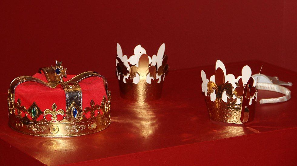 Vlastivědné muzeum láká na výstavu České korunovační klenoty na dosah. Návštěvníci mohou využít připravený fotokoutek.