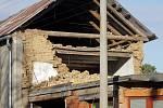 Zřícená část domu ve Slavoníně