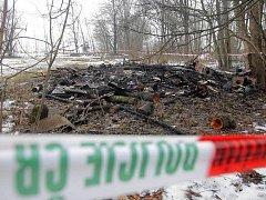 Spáleniště po požáru chatky u Domašova, při kterém našli uhořelého muže
