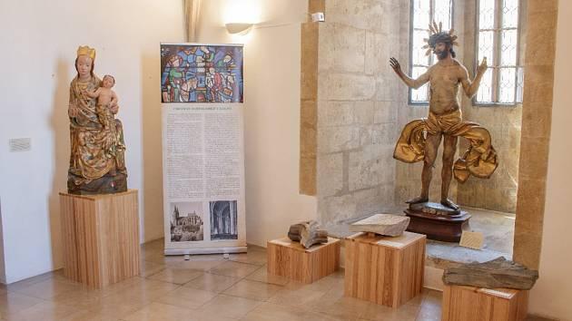 zleva – Trůnící Madona zchrámu sv. Barbory vKutné Hoře - kopie, Bolestný Kristus zVlašského dvora, dole - architektonické fragmenty chrámu sv. Bartoloměje vKolíně a katedrály sv. Víta v Praze