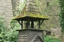 Chátrající dřevěná zvonice pod městskými hradbami v olomouckých Bezručových sadech