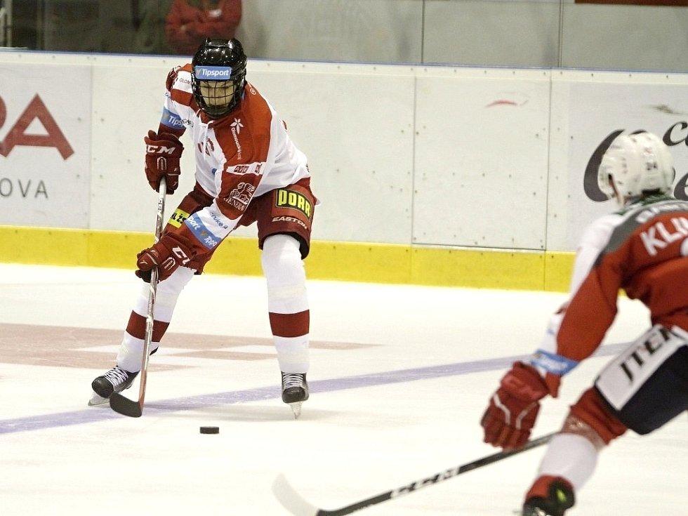 Olomoučtí hokejisté (v bílém) porazili na svém ledě Pardubice 2:1. Jakub Galvas u puku.