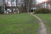 Vyšlapaná pěšina kolem ASO parku vedoucí směrem k severní tribuně Androva stadionu