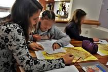 Vychovatelka (vlevo) Dětského domova Olomouc učí své svěřence zeměpis, 20. 10. 2020
