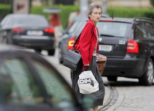 Chodci mnohdy zbytečně riskují mimo přechody.
