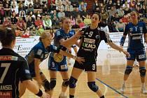 V dresu Zory nosí dres s číslem devět Martina Kelarová, v Kodani Tanja Milanovic.