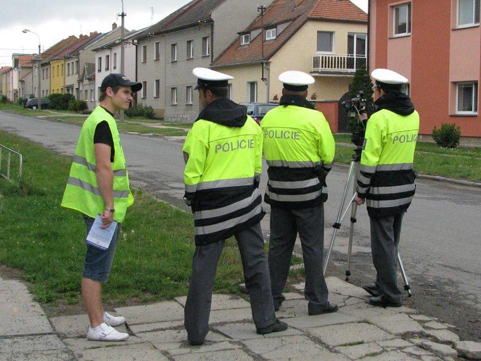 Akce jezdíme s úsměvem v Hněvotíně - Erik Janiš (vlevo) na hlídce s policisty