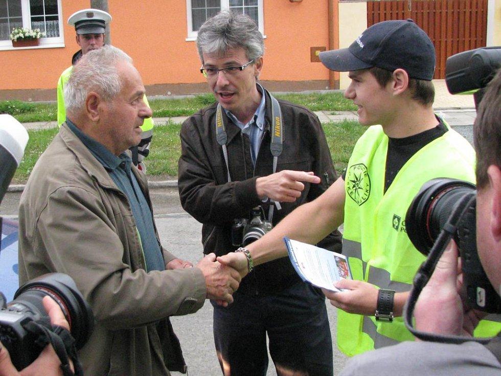 Erik Janiš (vpravo) se zdraví s jedním z kontrolovaných řidičů