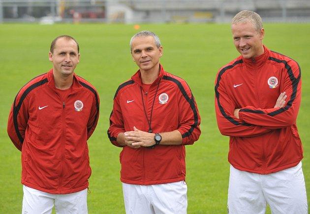 Trenér Sparty Vítězslav Lavička (uprostřed) a jeho asistenti Zdeněk Svoboda (vlevo) a Václav Jílek (vpravo) při zahájení letní přípravy fotbalistů Sparty v červnu 2012