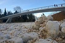 Ledové kry ucpaly řeku Bečvu v Teplicích nad Bečvou.