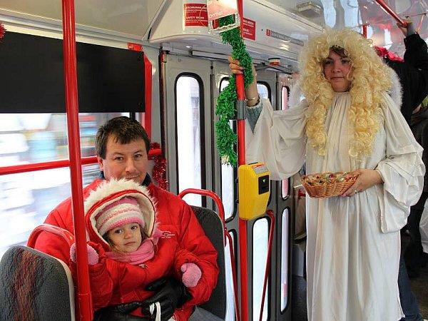 Mikulášské osazení potkaly vsobotu přes den děti srodiči, které nastoupily vdo speciální tramvaje, kterou vypravil Dopravní podnik města Olomouce.