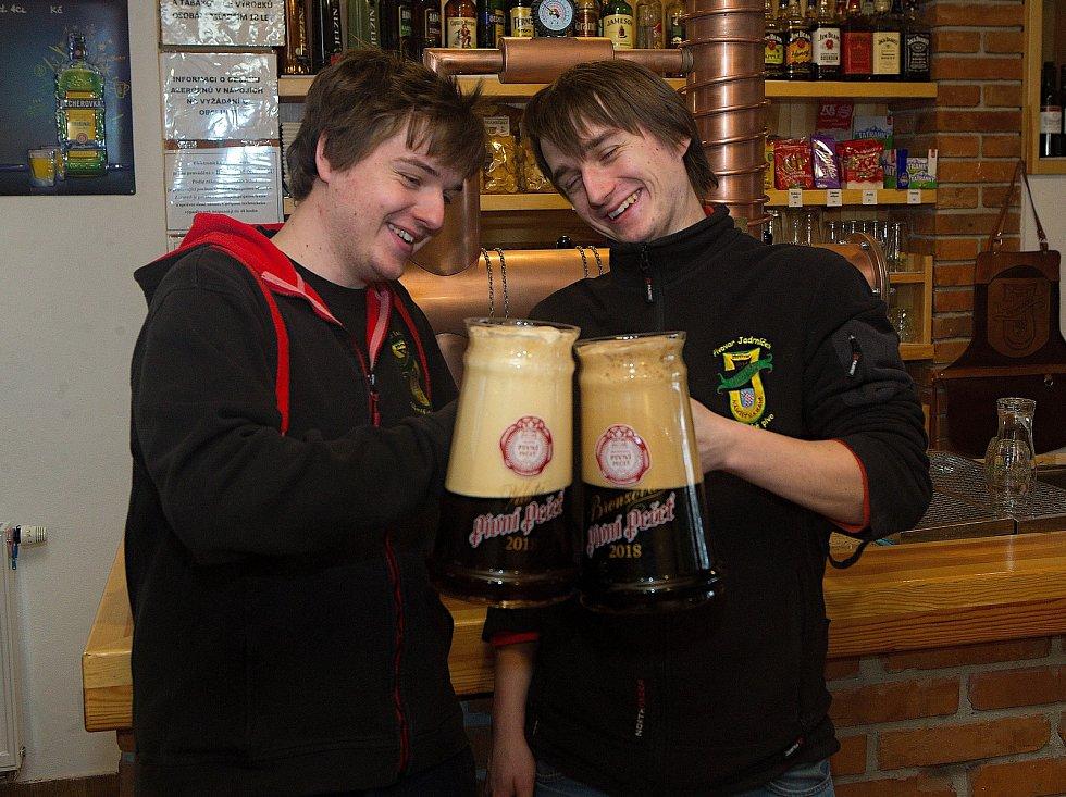 Radek Jadrníček (vpravo) je hlavní sládek minipivovaru v Náměšti na Hané, který nese jeho jméno. Pracuje v něm i se svým bratrem Lubošem (vlevo)