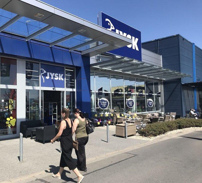 Zákazníky přivítal i JYSK. Olomoucké obchody po uvolnění části restrikcí v pondělí 27. dubna 2020