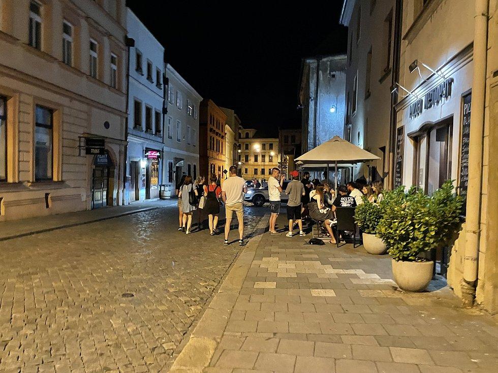 Noční život v centru Olomouce se vrací do normálu, Lafayettova ulice, 18. června 2021