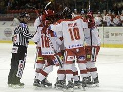 Olomoučtí hokejisté (v bílém) porazili Chomutov 1:0.