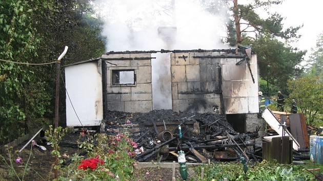 Rekreační chata v Dolanech kompletně vyhořela po té, co ji zřejmě zapálil blesk.